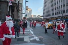NEW YORK, USA - 10. Dezember 2011 - Leute gekleidet als Weihnachtsmann, der Weihnachten feiert Lizenzfreie Stockfotos