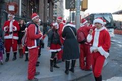 NEW YORK, USA - 10. Dezember 2011 - Leute gekleidet als Weihnachtsmann, der Weihnachten feiert Stockfotografie