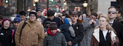 NEW YORK, USA - 11. Dezember 2011 - Stadtstraßen werden von den Leuten für Weihnachten gedrängt Lizenzfreie Stockfotos