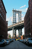 New York USA: en iconic sikt av den Manhattan bron från den Dumbo grannskapen på September 16, 2014 Royaltyfria Bilder