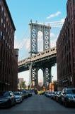 New York USA: en iconic sikt av den Manhattan bron från den Dumbo grannskapen på September 16, 2014 Royaltyfria Bilder