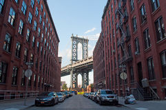 New York USA: en iconic sikt av den Manhattan bron från den Dumbo grannskapen på September 16, 2014 Arkivfoto