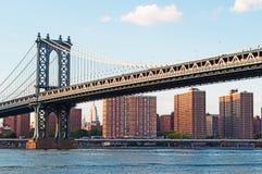 New York USA: en iconic sikt av den Manhattan bron från den Dumbo grannskapen på September 16, 2014 Fotografering för Bildbyråer