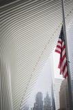 NEW YORK, USA - 23. FEBRUAR 2018: Amerikanische Flagge am halben Mast unter einem Architekturflügel des Oculus in der Mitte der W stockfotos