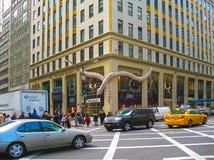 New York, USA - 13. Februar 2013: Das Autofahren weg von der Kamera auf 5. Allee, New York Lizenzfreie Stockfotos