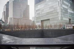 NEW YORK, USA - 23. FEBRUAR 2018: Panorama von Ground Zero mit den Namen der Opfer vom 11. September in der Mitte der Wand lizenzfreie stockfotografie