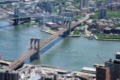 NEW YORK - USA - 13 flyg- sikt för JUNI 2015 manhattan bro från frihetstorn Fotografering för Bildbyråer