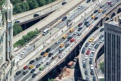 NEW YORK - USA - 13 flyg- sikt för JUNI 2015 manhattan bro från frihetstorn Arkivbild