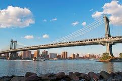 New York USA: horisont, skyskrapor och Manhattan bro som beskådas från Brooklyn på September 16, 2014 Fotografering för Bildbyråer