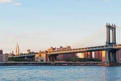 New York USA: horisont, skyskrapor och Manhattan bro som beskådas från Brooklyn på September 16, 2014 Arkivbilder