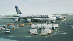 New York, USA, im September 2017: großes Singapore Airlines-Verkehrsflugzeug stock video