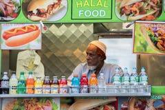 NEW YORK - USA - 13 JUNI 2015 - arabisk man, medan sälja halal mat Royaltyfria Bilder
