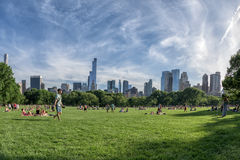 NEW YORK - USA - 14. Juni 2015 Leute in Central Park an sonnigem Sonntag Lizenzfreie Stockfotografie