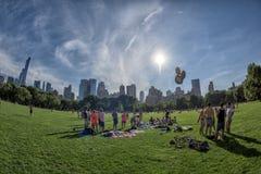 NEW YORK - USA - 14. Juni 2015 Leute in Central Park an sonnigem Sonntag Stockbild