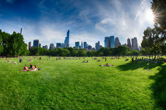 NEW YORK - USA - 14. Juni 2015 Leute in Central Park an sonnigem Sonntag Lizenzfreie Stockfotos