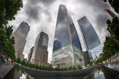NEW YORK - USA - 13. Juni 2015 Leute nähern sich Freiheit Turm und 9/11 Lizenzfreies Stockbild