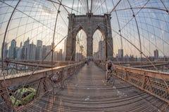 NEW YORK - USA - JUNI, 12 2015 Menschen, die Manhattan-Brücke kreuzen Stockfotografie