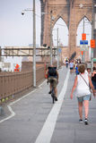 NEW YORK - USA - JUNI, 12 2015 Menschen, die Manhattan-Brücke kreuzen Lizenzfreie Stockfotos