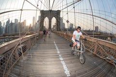 NEW YORK - USA - JUNI, 12 2015 Menschen, die Manhattan-Brücke kreuzen Lizenzfreie Stockbilder