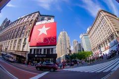 NEW YORK USA - JUNI 22, 2017: Oidentifierat folk som går i den Broadway gatan och tycker om den härliga staden av nytt Royaltyfria Foton
