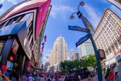 NEW YORK USA - JUNI 22, 2017: Oidentifierat folk som går i den Broadway gatan och tycker om den härliga staden av nytt Arkivfoto