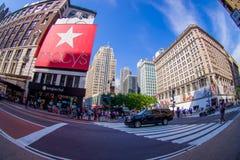 NEW YORK USA - JUNI 22, 2017: Oidentifierat folk som går i den Broadway gatan och tycker om den härliga staden av nytt Arkivfoton