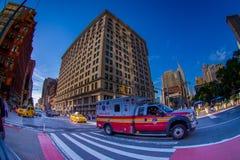 NEW YORK USA - JUNI 22, 2017: Oidentifierat folk som går i den härliga staden av New York som omger med Royaltyfria Bilder