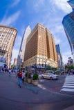 NEW YORK USA - JUNI 22, 2017: Oidentifierat folk som går och tycker om den härliga sikten av New York City med Arkivbilder