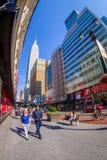 NEW YORK USA - JUNI 22, 2017: Oidentifierat folk som går och tycker om den härliga sikten av New York City med Royaltyfri Fotografi