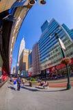 NEW YORK USA - JUNI 22, 2017: Oidentifierat folk som går och tycker om den härliga sikten av New York City med Royaltyfria Foton