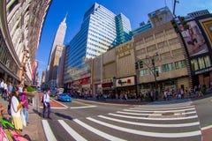 NEW YORK USA - JUNI 22, 2017: Oidentifierat folk som går och tycker om den härliga sikten av New York City med Royaltyfri Foto