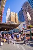 NEW YORK USA - JUNI 22, 2017: Oidentifierat folk som går och tycker om den härliga sikten av New York City med Arkivfoton