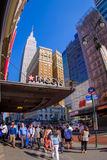 NEW YORK USA - JUNI 22, 2017: Oidentifierat folk som går och tycker om den härliga sikten av New York City med Royaltyfria Bilder