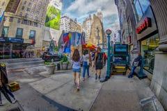 NEW YORK USA - JUNI 22, 2017: Oidentifierat folk som nära går av penndrevstationen, stad av New York som omger med Royaltyfria Bilder