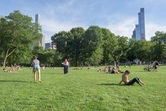 NEW YORK - USA - 14 JUNI 2015 personer i Central Park på soliga söndag Arkivfoton