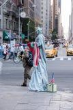 NEW YORK - USA - 14 JUNI 2015 personer nära Central Park på soliga söndag Arkivfoto