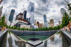 NEW YORK - USA - 13 JUNI 2015 personer nära frihetstorn och 9/11 Royaltyfria Bilder