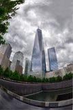 NEW YORK - USA - 13 JUNI 2015 personer nära frihetstorn och 9/11 Royaltyfri Fotografi