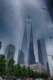 NEW YORK - USA - 13 JUNI 2015 personer nära frihetstorn och 9/11 Arkivfoto