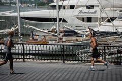 NEW YORK - USA 16 JUNI 2015 personer som joggar på marina Arkivbilder
