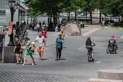 NEW YORK - USA 16 JUNI 2015 personer som joggar på marina Arkivbild