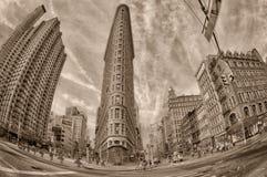 NEW YORK - USA - 11. Juni 2015 Plätteisengebäude in Schwarzweiss-- und im Sepia Lizenzfreie Stockfotos