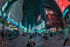NEW YORK - USA 16 JUNI 2015 tider kvadrerar rörande folk Royaltyfria Bilder
