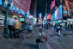 NEW YORK - USA 16 JUNI 2015 tider kvadrerar rörande folk Arkivbilder