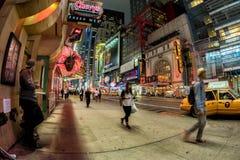 NEW YORK - USA 16 JUNI 2015 tider kvadrerar rörande folk Royaltyfri Fotografi
