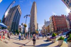 NEW YORK USA - JUNI 22, 2017: Ursnyggt oidentifierat folk som går i det härliga Newet York City med skyskrapor och Fotografering för Bildbyråer