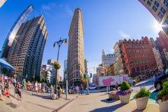 NEW YORK USA - JUNI 22, 2017: Ursnyggt oidentifierat folk som går i det härliga Newet York City med skyskrapor och Royaltyfria Bilder