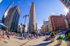 NEW YORK USA - JUNI 22, 2017: Ursnyggt oidentifierat folk som går i det härliga Newet York City med skyskrapor och Royaltyfri Bild