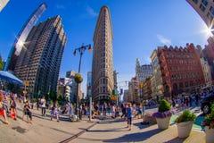 NEW YORK USA - JUNI 22, 2017: Ursnyggt oidentifierat folk som går i det härliga Newet York City med skyskrapor och Royaltyfri Fotografi