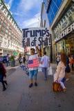 NEW YORK USA - JUNI 22, 2017: Ursnyggt oidentifierat folk som går i ett härliga New York City med skyskrapor och Royaltyfria Foton